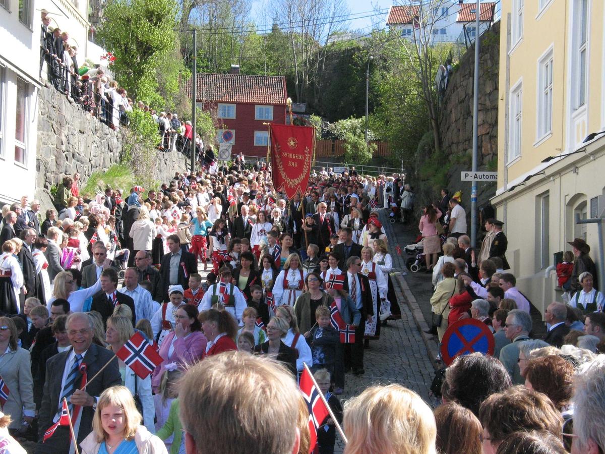 17.mai i Arendal. Toget Nesbakken i retning mot Torvet. Fane til Arendal videregående skole.
