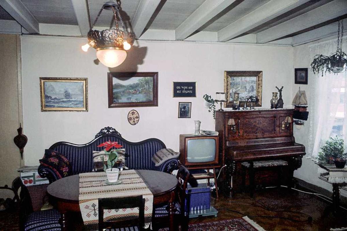 Albretsen Fagfor. hus. Leilighet, stue. Sofa, TV, bilder etc.