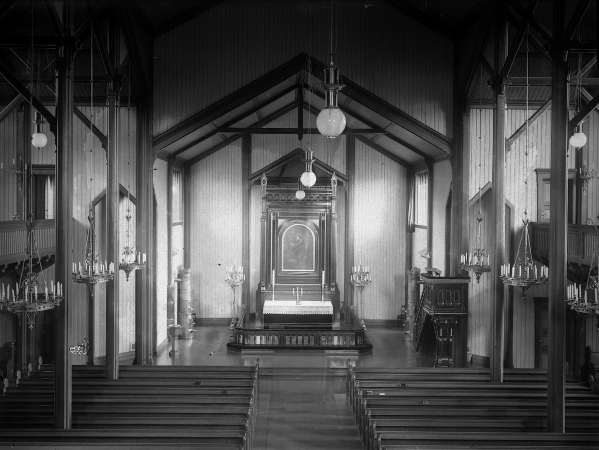 Grimstad kirke  Interiørbilde sett mot alteret fra orgelet