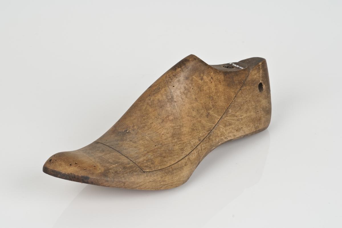 Tremodell i to deler; lest og overlest. Venstrefot i skostørrelse 29.