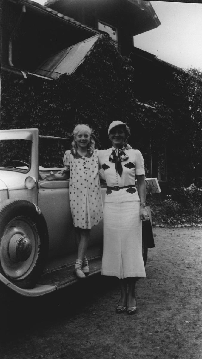 Liten jente og kvinne m/bil