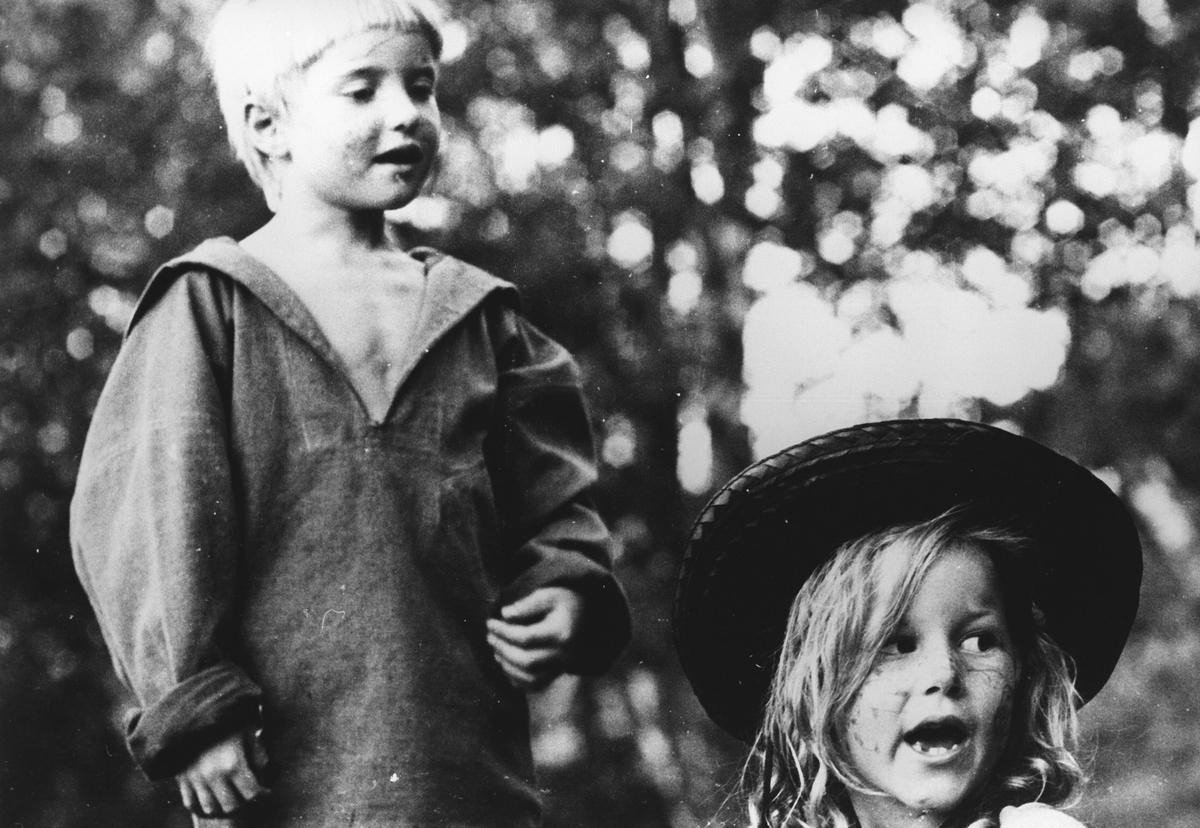 To barn spiller skuespill.