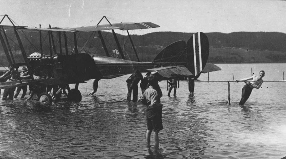 Fly som hadde styrtet i Øyeren blir halt på land.