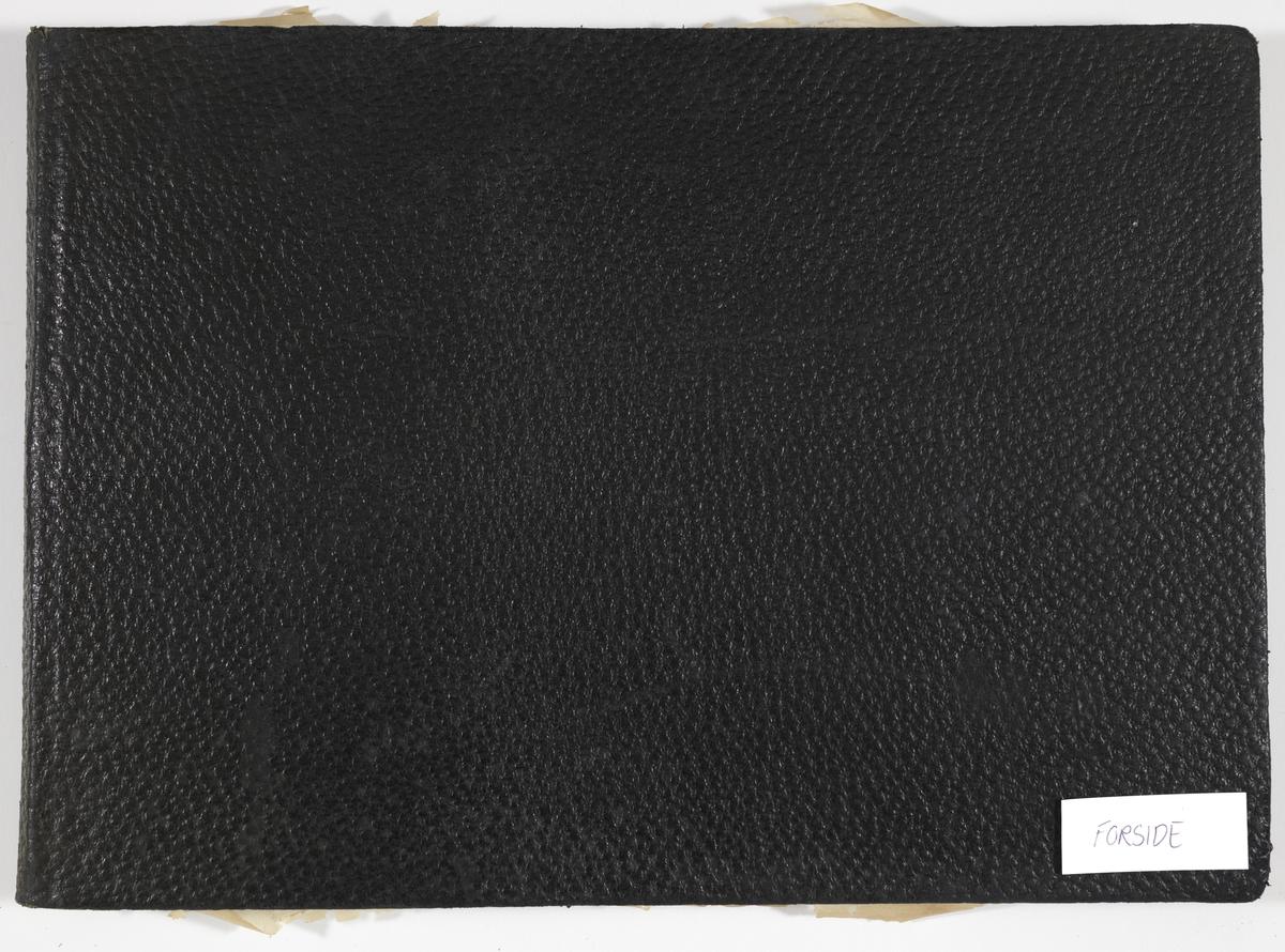 Album fra Mathiesen-familien på Linderud gård. For- og bakside er av sort lær med (preget?) ruglete tekstur. Albumet har 52 sider med for- og bakside. Det inneholder 93 fotografier som er limt på sider av kartong.