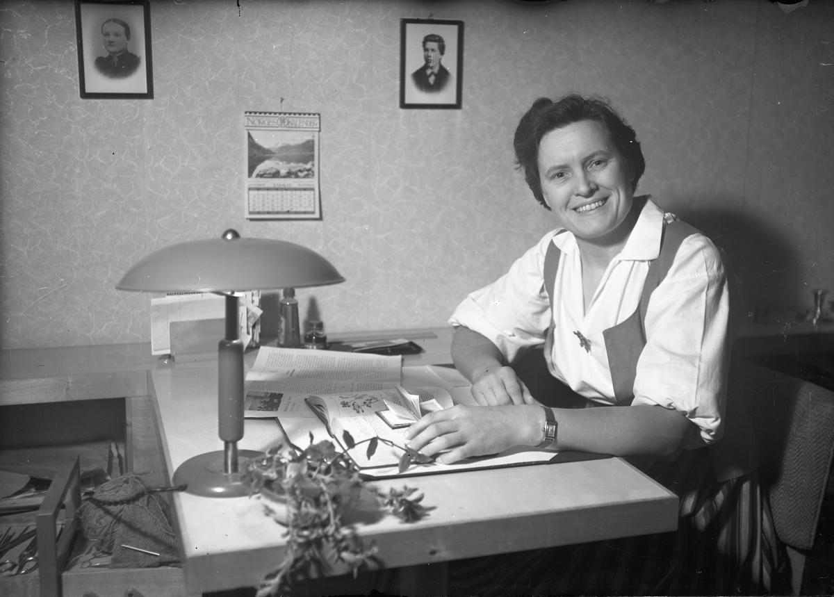 Kvinne på kontor. Kalenderen viser september 1948.
