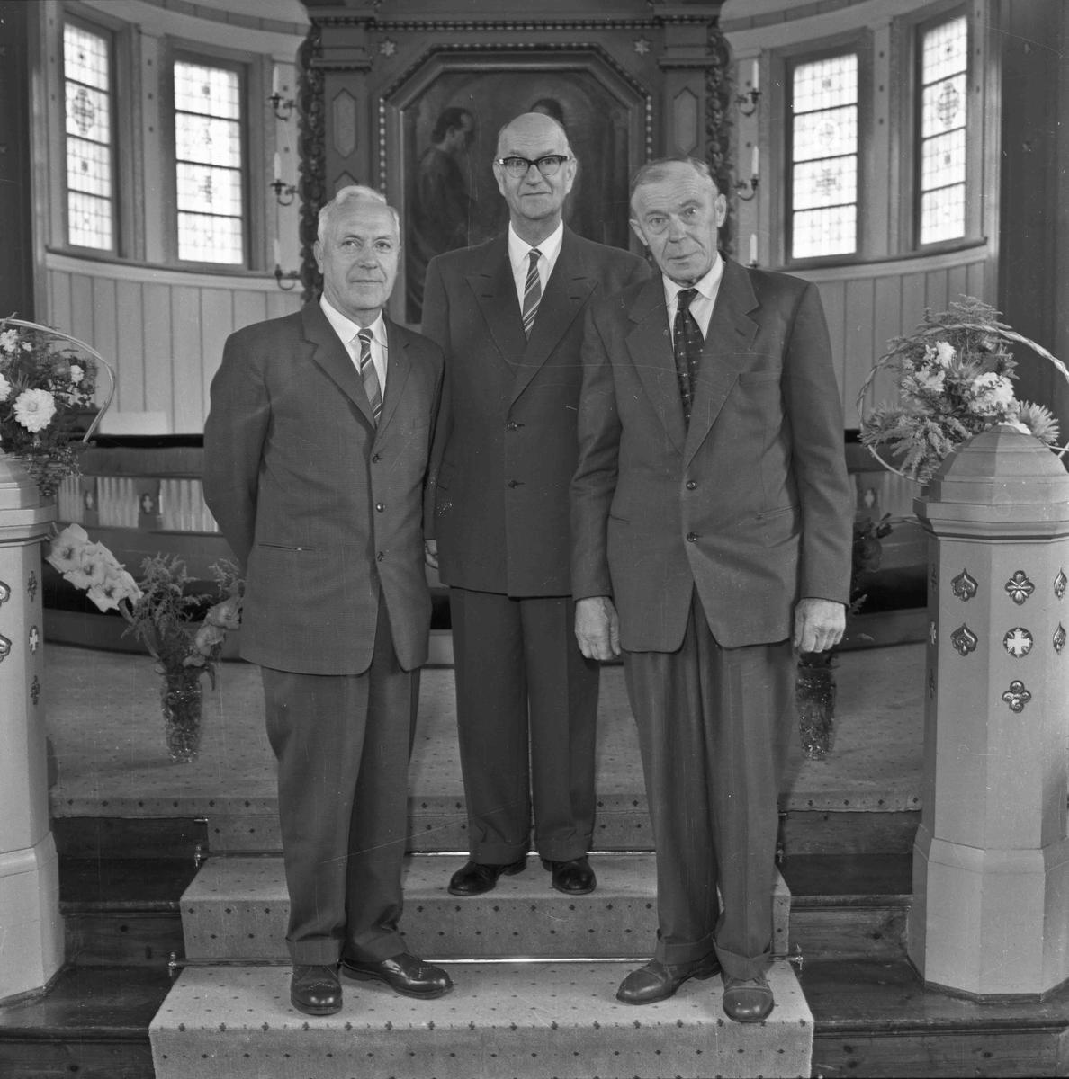 3 menn i en kirke.