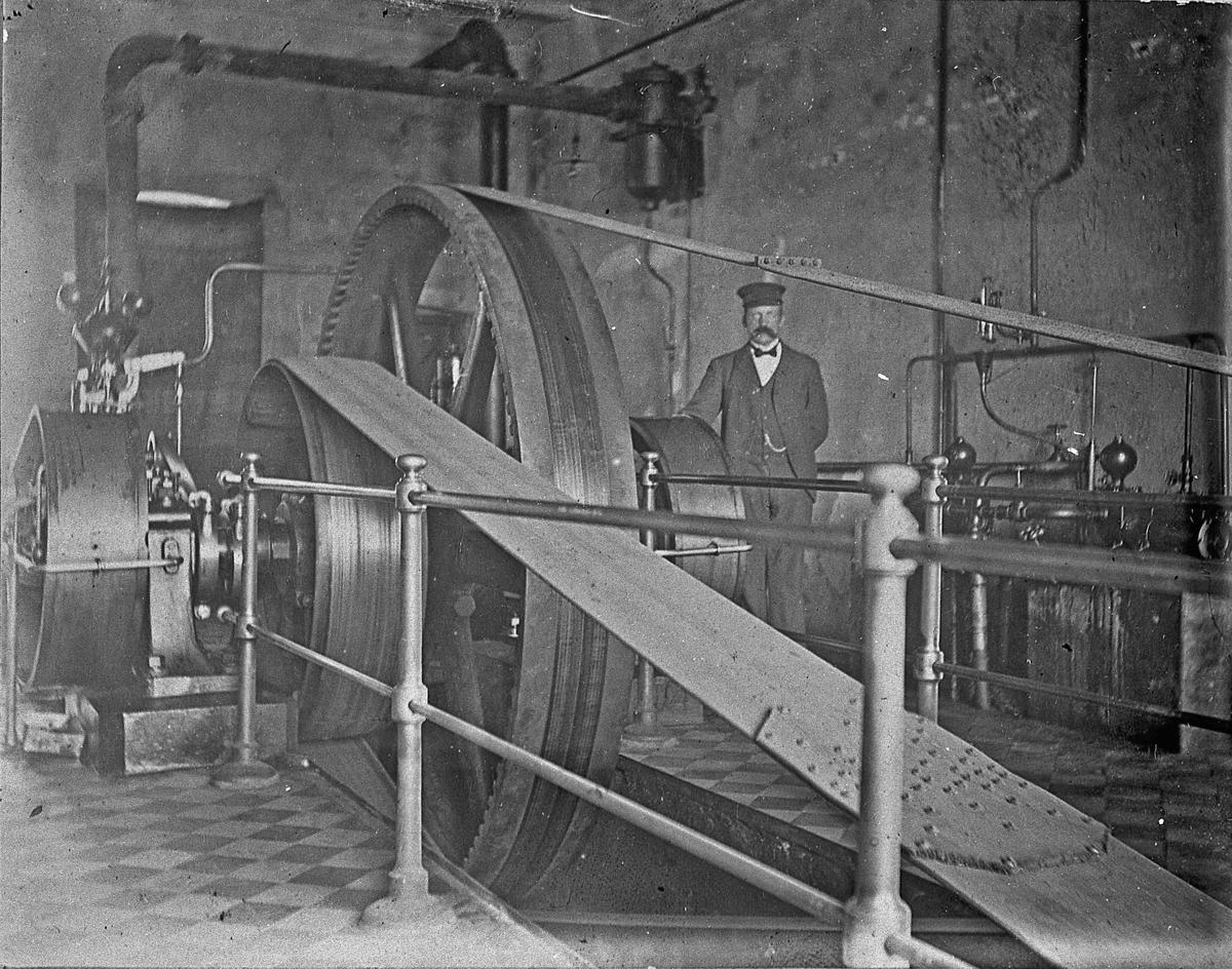 Brøstadgruva, Gullverket. Ca 1905. Maskinhuset på Brøstadgruva, og maskinist Hans Hagen fra Nes.