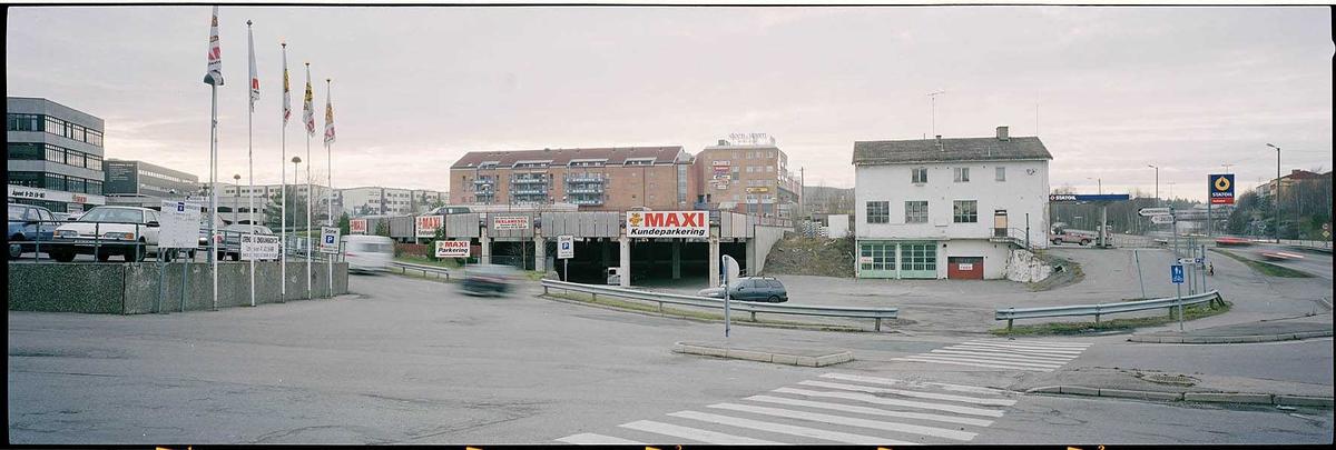 Innkjøringen ved Maxi . Den gamle rutebilstasjonen, nå Statoil automatstasjon . Fotovinkel: V