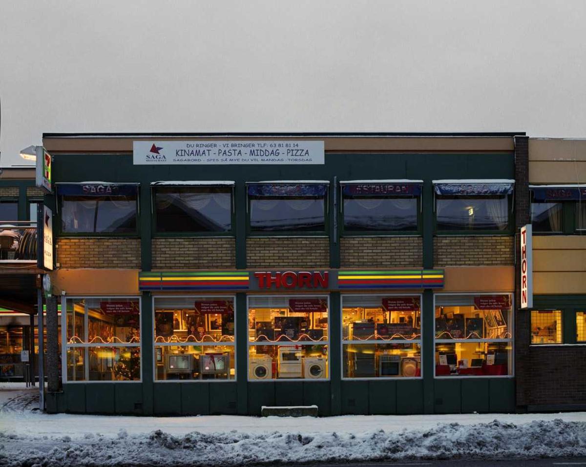 Julebelysning.  Hvit bølgende lyslenke i vindu til Thorn butikk.