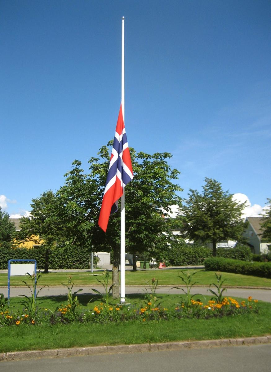 Minner etter terrorhandlingen den 22. juli 2011. Flagg på halvstang ved Skedsmo Rådhus i Lillestrøm den 29.07.11.