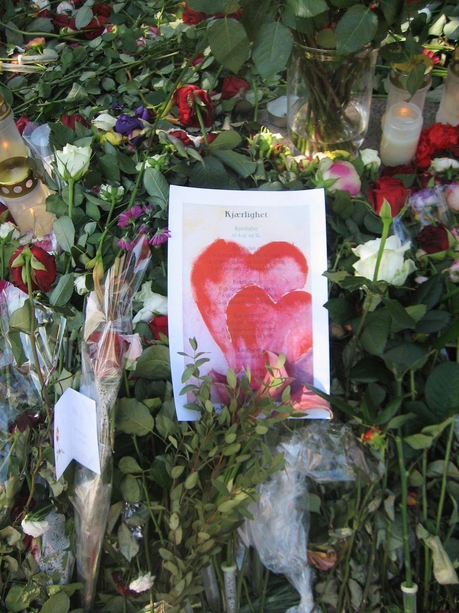 Minner etter terrorhandlingen den 22. juli 2011. Blomster og kort Havgutten på Lillestrøm torg.