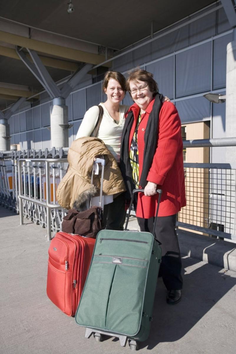 Vesker. Utenfor ved inngangen til avgangshallen. To kvinnelige reisende med bagasje. Fotodokumentasjon i forbindelse med dokumentasjonsprosjekt - Veskeprosjektet 2006 - ved Akershusmuseet/Ullensaker Museum.