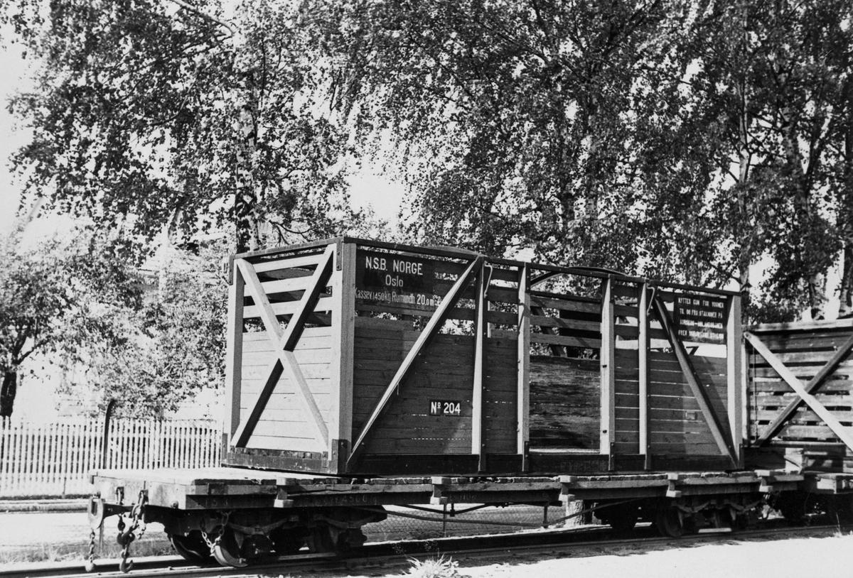 Hensatt godsvogn med løftekasse på Sørumsand stasjon etter nedleggelsen.