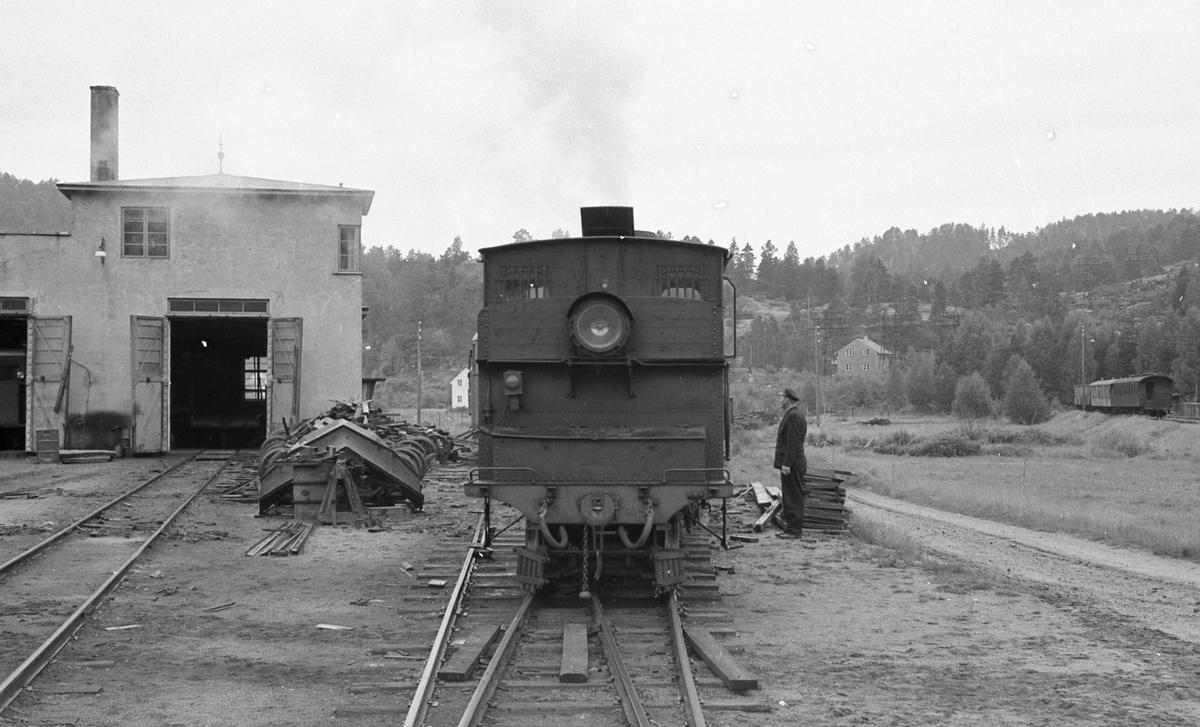 Skifting med Setesdalsbanens lokomotiv nr 2 ved lokomotivstallen på Grovane