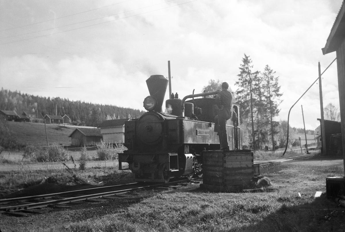 Lok 5 Bjørkelangen tar vann på Skulerud.