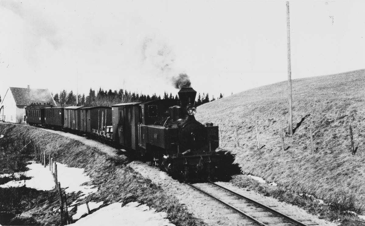 Tog retning Skulerud øst for Sørumsand stasjon. Bak t.v. Presteruds landhandleri.