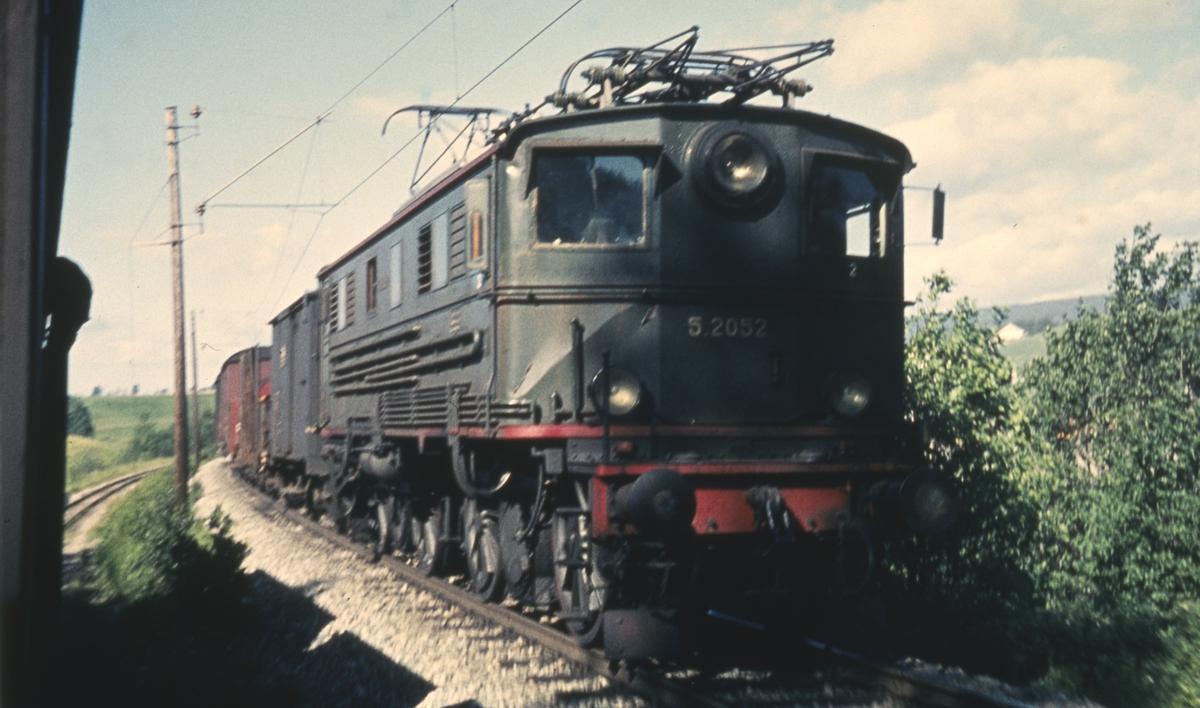 Godstog på Kongsvingerbanen fotografert fra tog 2051 på Urskog-Hølandsbanen.