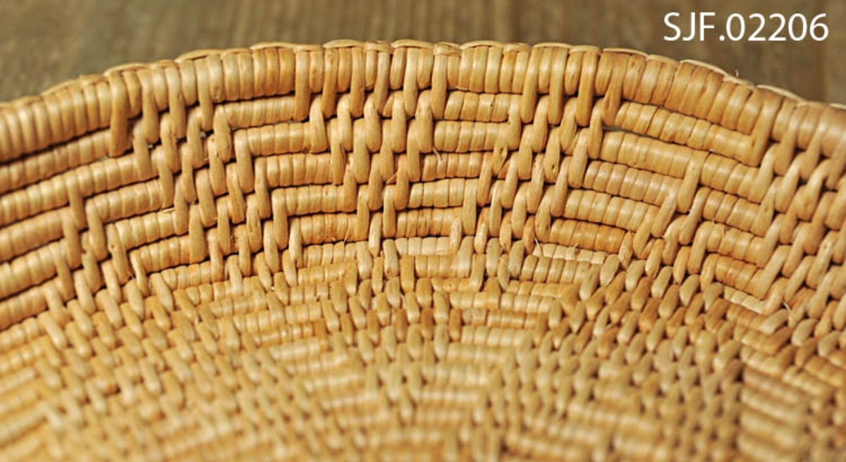 Fat av bjørketæger, laget på bestilling til museets utstillinger.  Fatet har mønster som stjerner med 8 spisser, en stor som dekker hele bunnen, og en liten inni den store.  Fatet er laget av Ruth Sørdal, Varntresk, Hattfjelldal, Nordland.