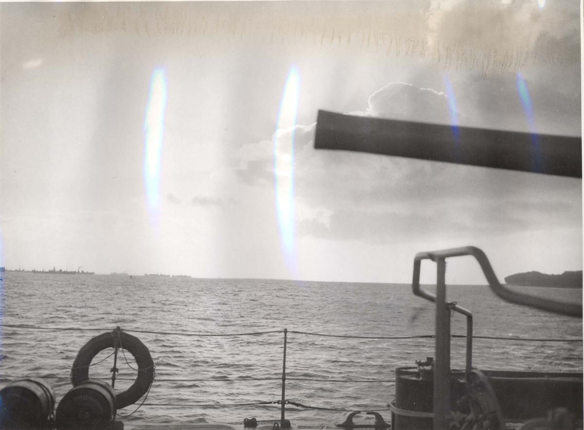 """Jageren """"Stord"""" blir overtatt av Den Norske Marine, 26.august 1943. Skipet hilser en konvoi  under jomfruturen."""