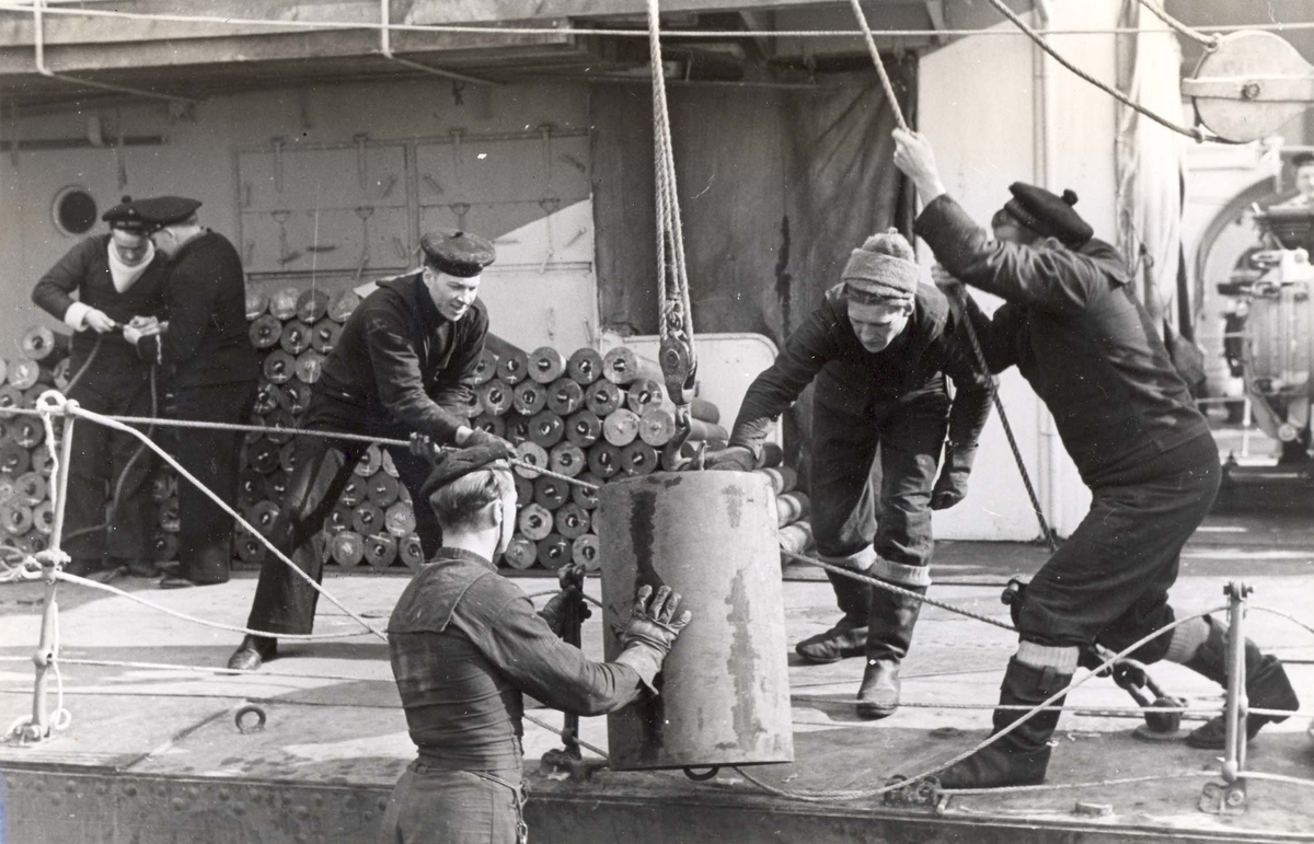"""Enkeltbilde. Jageren """"Stord"""" under oppøving, klarsjøing. Dypvannsminer blir heist ombord på skipet under oppholdet i Scapa Flow"""