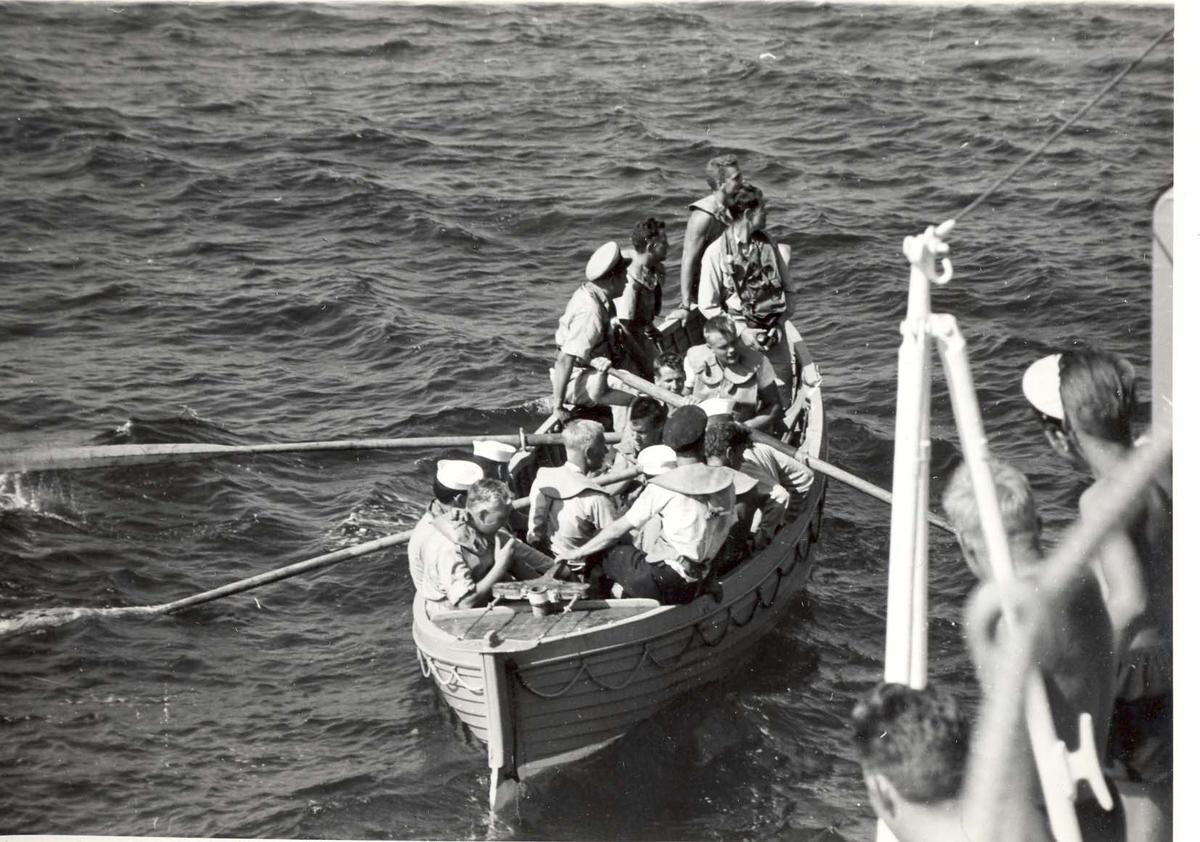 Enkeltbilde. C-kl jager, KNM Bergens tokt til Key West i 1962. hvalbåt på vannet, hva foregår her?