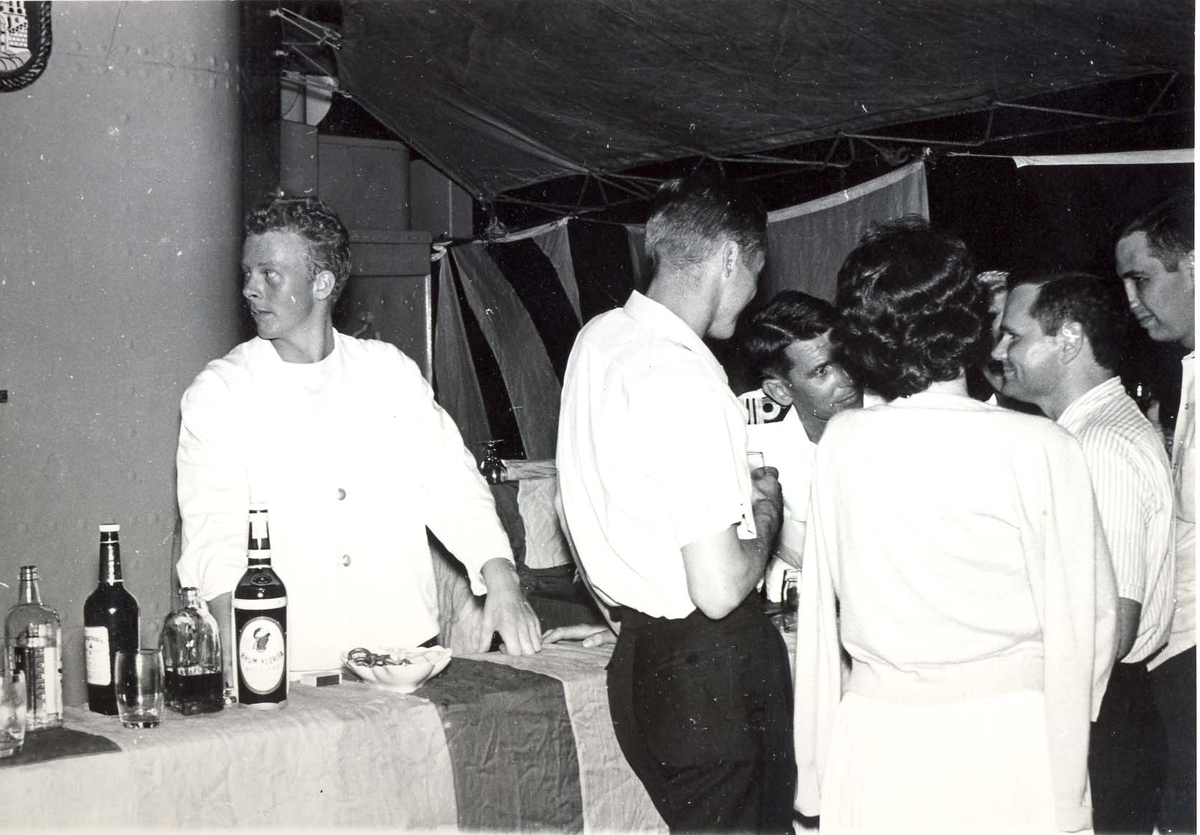 Enkeltbilde. C-kl jager, KNM Bergens tokt til Key West i 1962. barkeeperen sørger for drikkevarene.