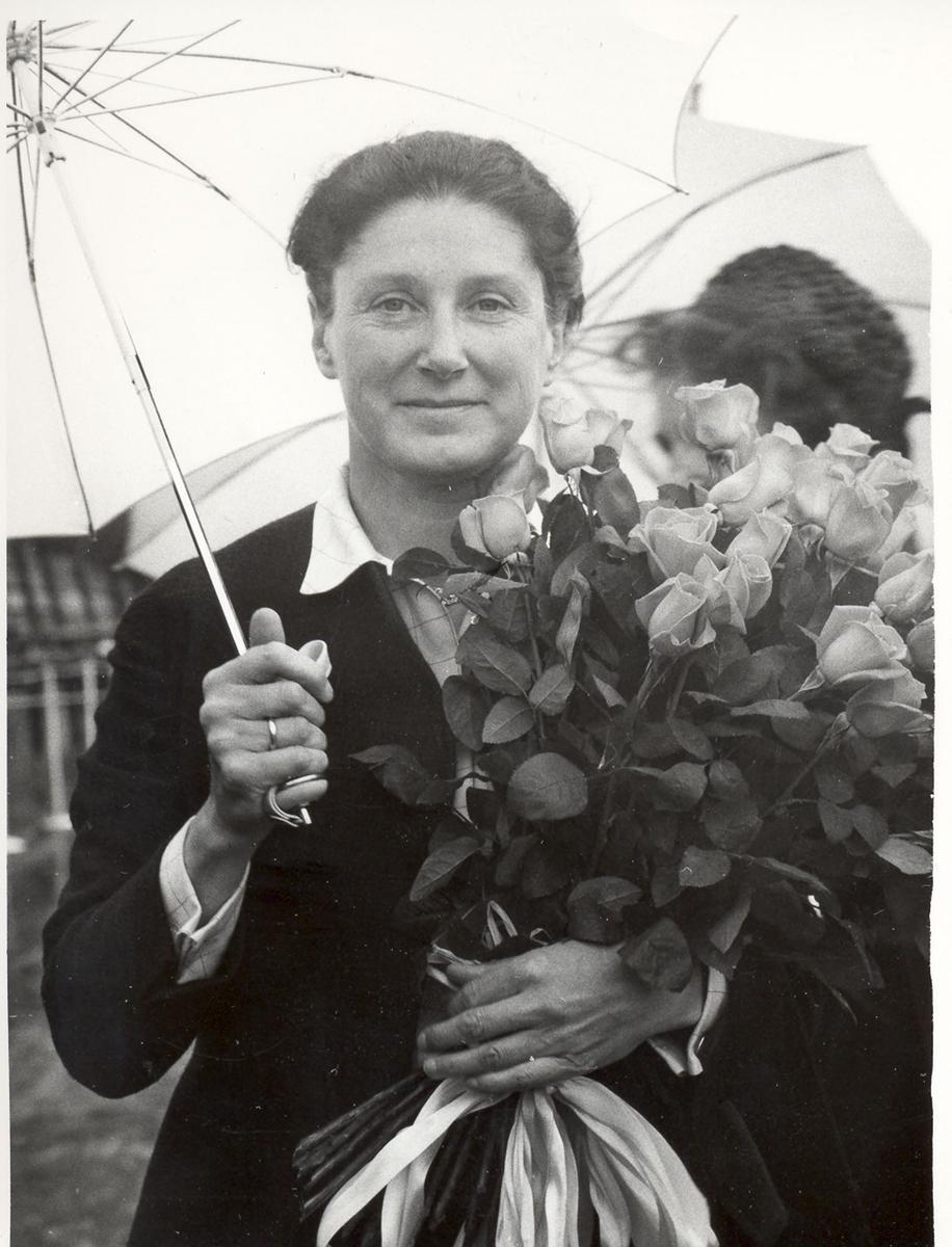 """Sjøsetting og dåp av Oslo-kl.fregatt KNM """"Bergen"""", 1965. Gudmor fru forsvarsminister I. Harlem med blomsterbukett."""