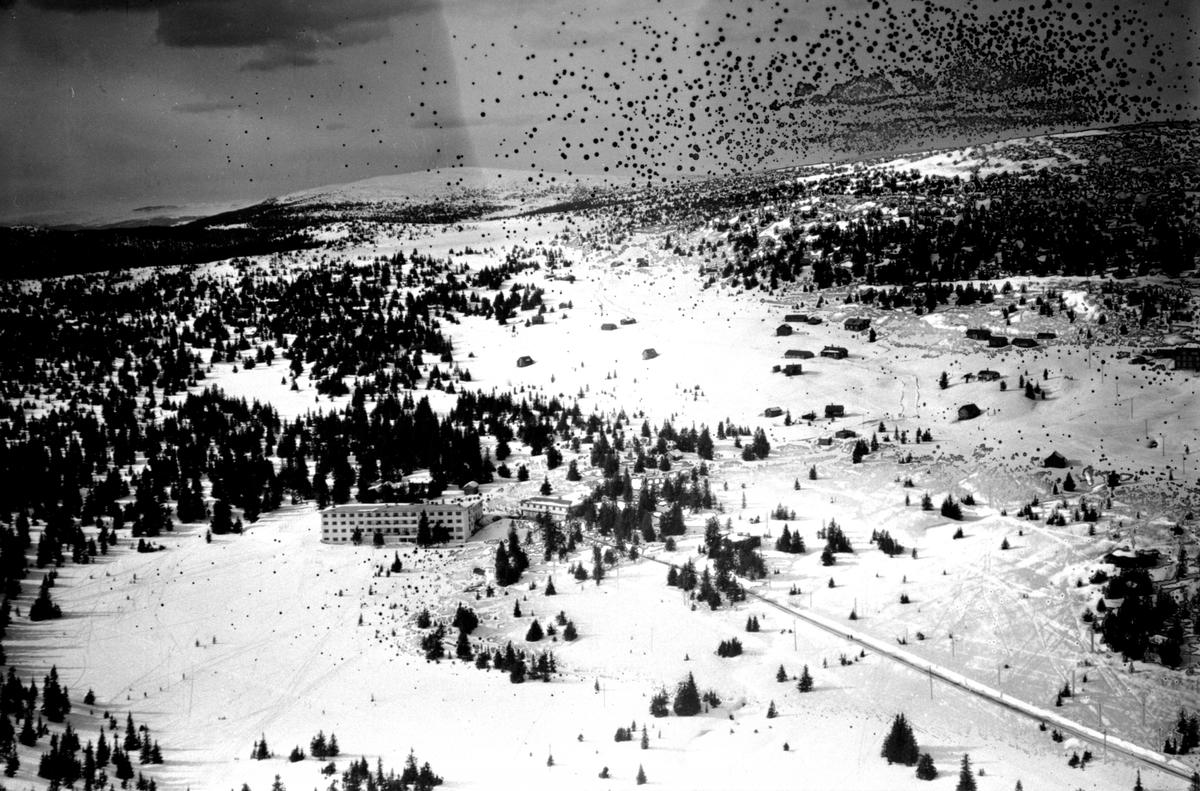 Flyfoto av Sjusjøen, oversikt fra stor høyde, vinter, Sjusjøen Høyfjellshotell.