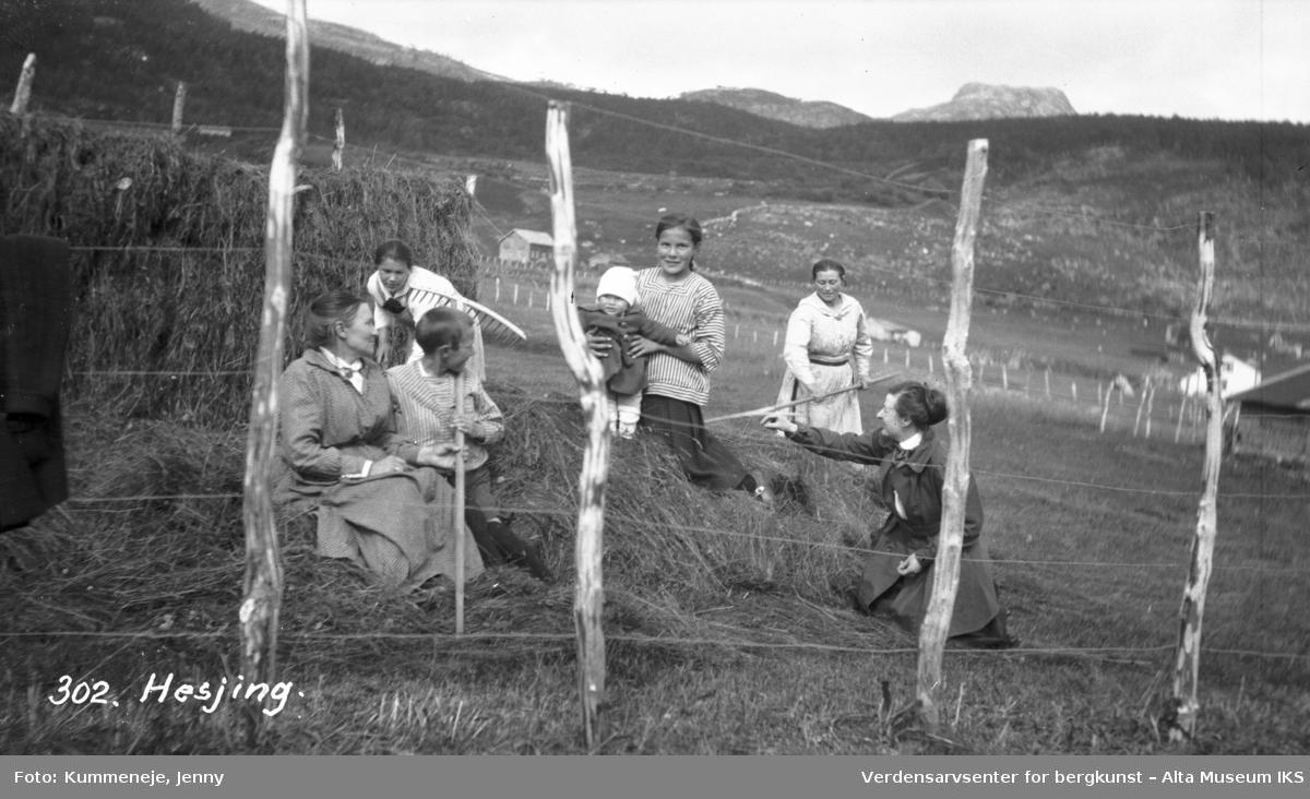 Gruppebilde av hesjing med kvinner og barn i 1920.